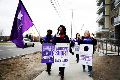 Healthcare workers rallying in front of a Revera Winbourne Park Retirement Home in Ajax (CNW Group/SEIU Healthcare)