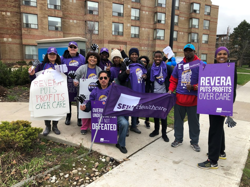 Healthcare workers rallying at a Revera Donway Place in North York (CNW Group/SEIU Healthcare)