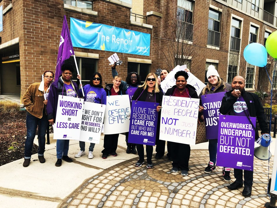 Healthcare workers rallying at a Revera Renoir retirement home in Newmarket (CNW Group/SEIU Healthcare)