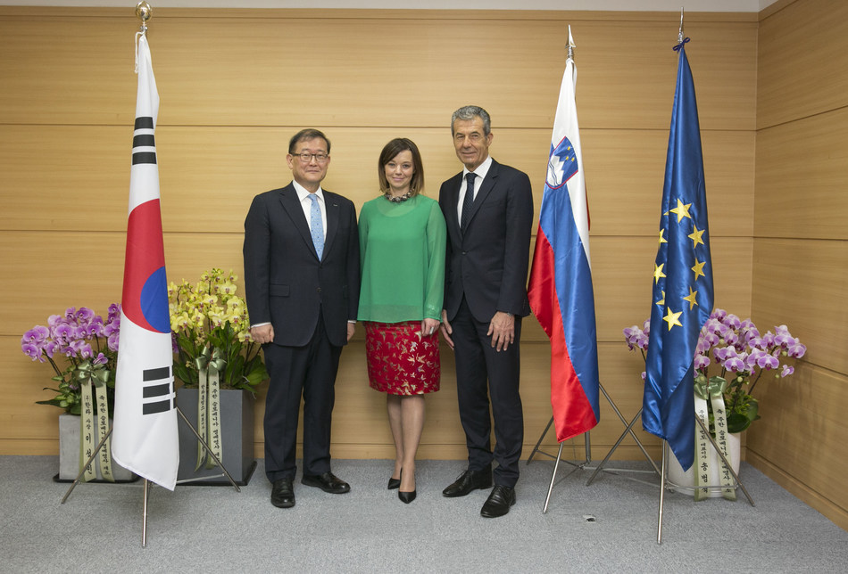 Mong-won Chung, Chairman of Halla Group (left), Simona Leskovar, State Secretary at the Slovenian Ministry of Foreign Affairs (center), and Stojan Petrič, Korean Honorary Consul to Slovenia (right)