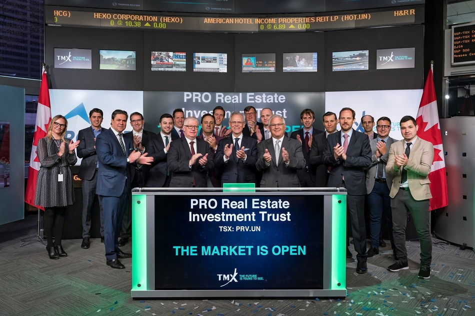 James W. Beckerleg, président et chef de la direction de PROREIT,  et Gordon G. Lawlor, vice-président directeur, chef des finances et secrétaire de PROREIT, ouvrent le marché en compagnie de leurs invités et des membres du TSX. (Groupe CNW/Fonds de placement immobilier PRO)