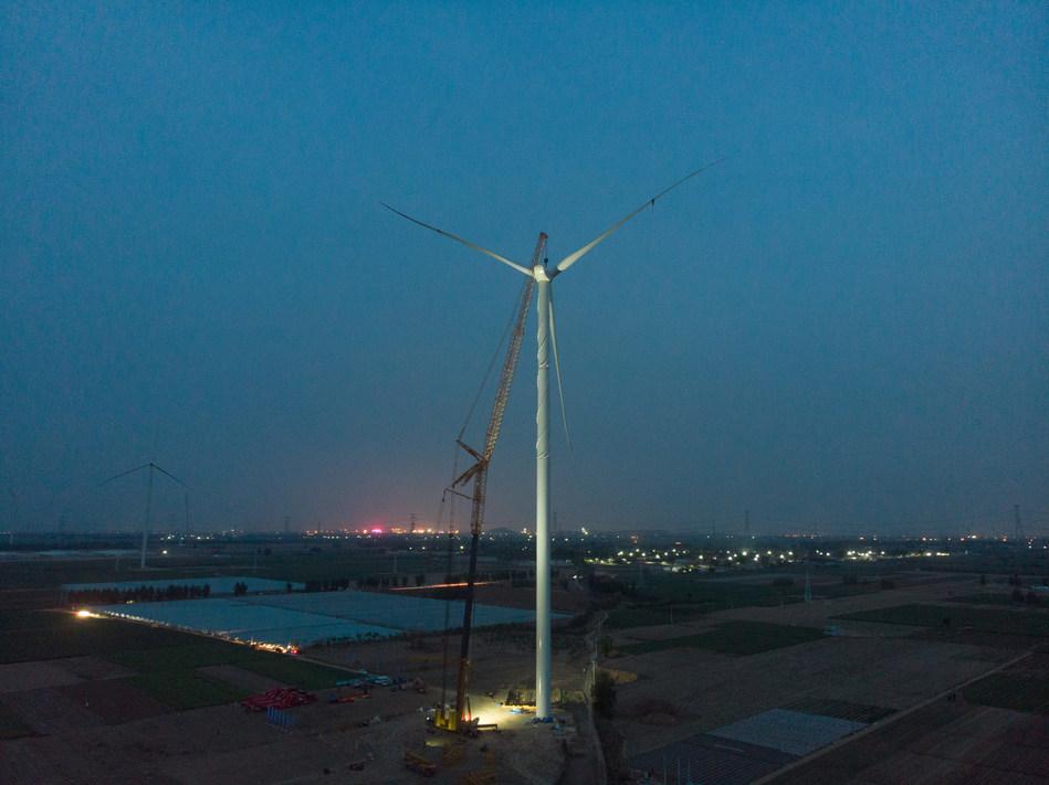 XCMG établit un nouveau record mondial en installant la plus haute hélice dans un parc éolien avec la grue XCA1600.
