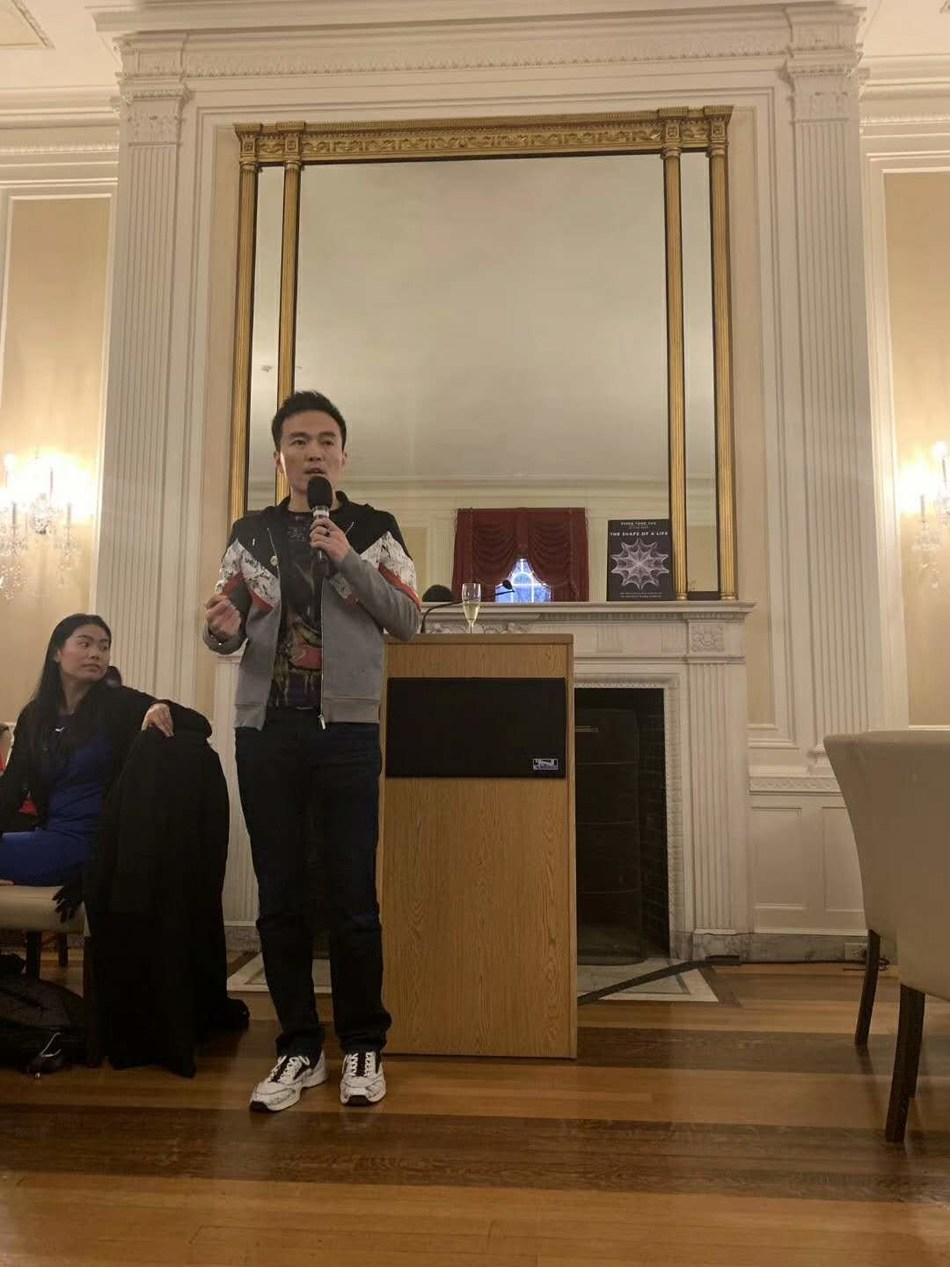 The founder of Squirrel AI Learning Derek Haoyang Li is giving a speech at the dinner