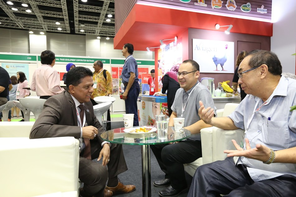 YBhg. Dato' Dr. Quaza Nizamuddin, Director General of the Department of Veterinaty Services (DVS) [Seated: Far Left] during the VIP visit to exhibitor's booth