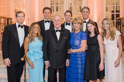 The Mulroney Family: Andrew Lapham, Mark Mulroney, Nicolas Mulroney, Ben Mulroney, Vanessa Mulroney, the Right Honourable Brian Mulroney, Mila Mulroney, Theodora Lapham and Katy Mulroney. (CNW Group/Fondation du CHUM)