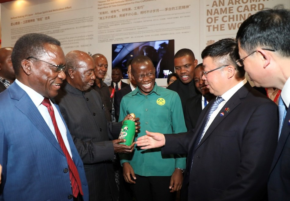 """Wang Yan, deputy party secretary of Moutai Group showed the commemorative wine of Moutai """"marching forward of Tanzania for guests"""