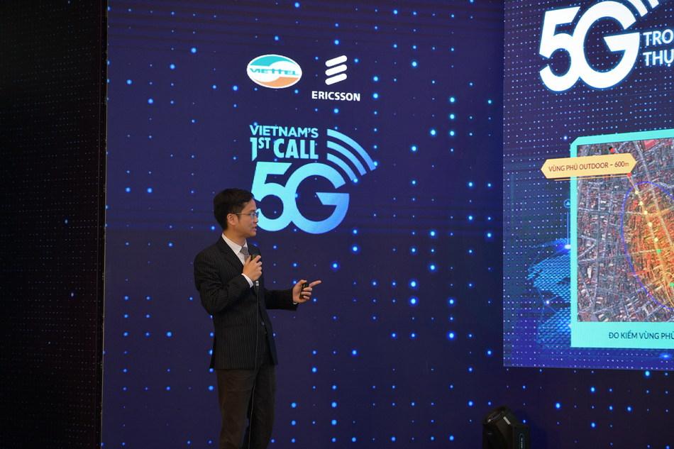 Viettel's representative explains the initial 5G test results. The first 5G base-station was installed near Hoan Kiem lake in Hanoi's center. (PRNewsfoto/Viettel Group)