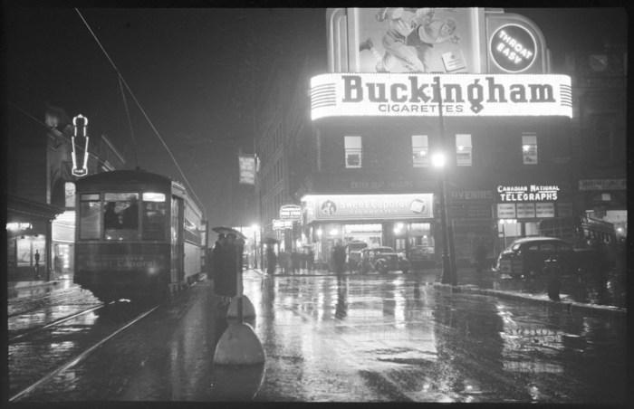 Rue Sainte-Catherine, vers l'est, 5 octobre 1937. Collections de Bibliothèque et Archives nationales du Québec. Photo : Conrad Poirier. (Groupe CNW/Bibliothèque et Archives nationales du Québec)