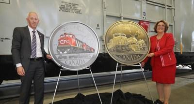 De la gauche :  M. Stephen Brennan, directeur de la formation de CN et Mme Marie Lemay, présidente de la Monnaie royale canadienne dévoilent deux nouvelles pièces de collection en l'honneur du 100e anniversaire de CN au Centre de formation national Claude Mongeau à Winnipeg (Manitoba) le 13 mai 2019. (Groupe CNW/Monnaie royale canadienne)
