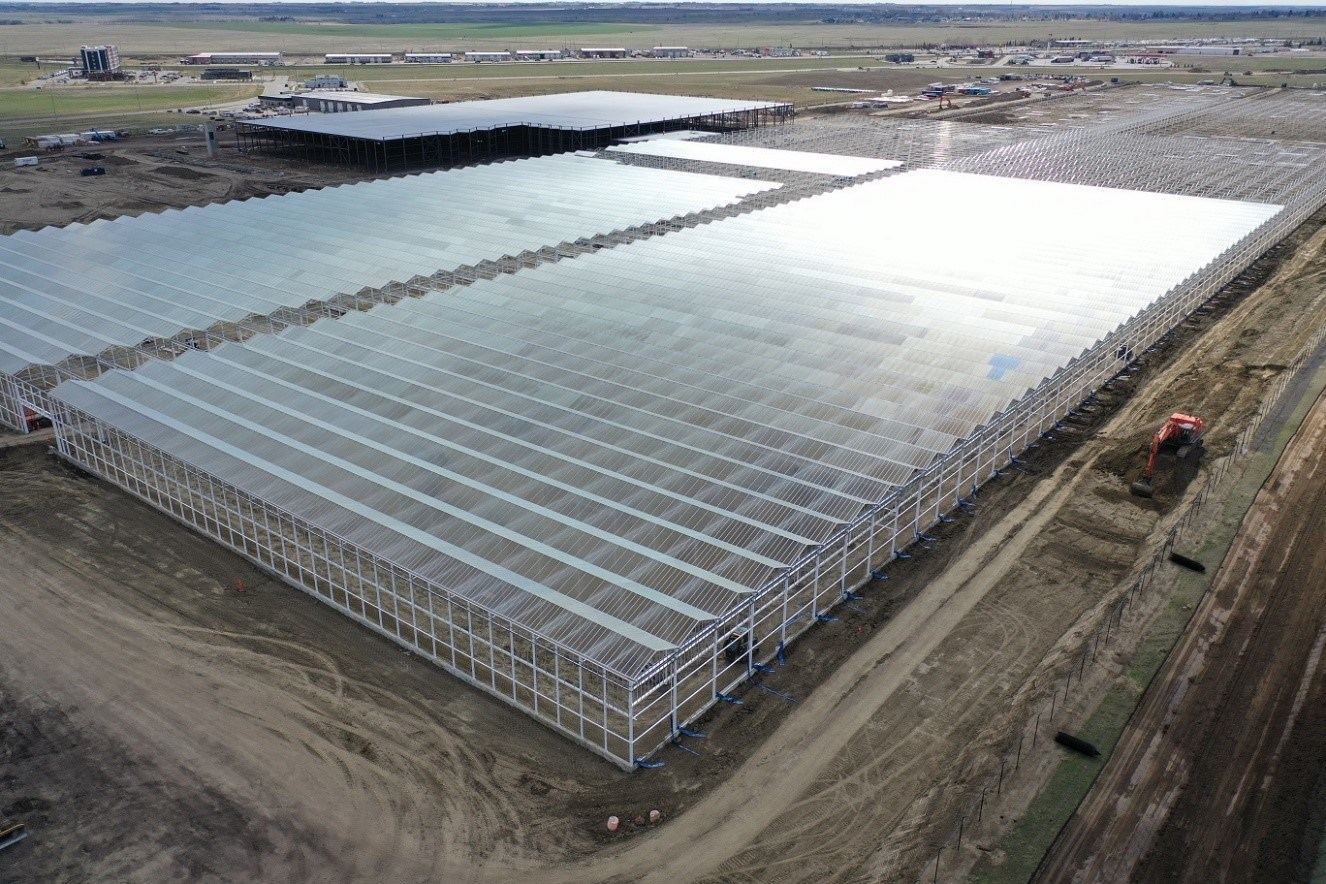 Installation of glass roof structure at Aurora Sun, Medicine Hat, Alberta. (CNW Group/Aurora Cannabis Inc.)