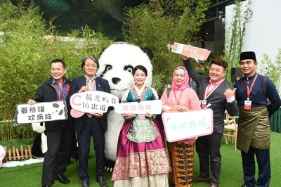 A group of guests at the opening ceremony of the Chengdu Panda Asian Food Festival