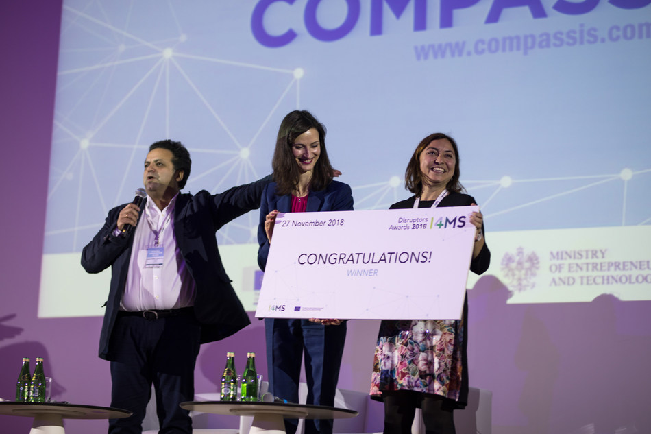 Clara Garcia, Engineer from Compass, receiving the award from the EU Commissioner, Mariya Gabriel. Nov 2018 at the DIHs Annual Event in Warsaw