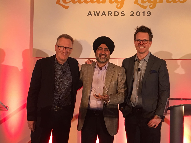 Versa Networks CEO Kelly Ahuja accepts the 2019 Leading Lights Company of the Year award (private companies) from Light Reading Editor-in-Chief Ray LeMaistre.