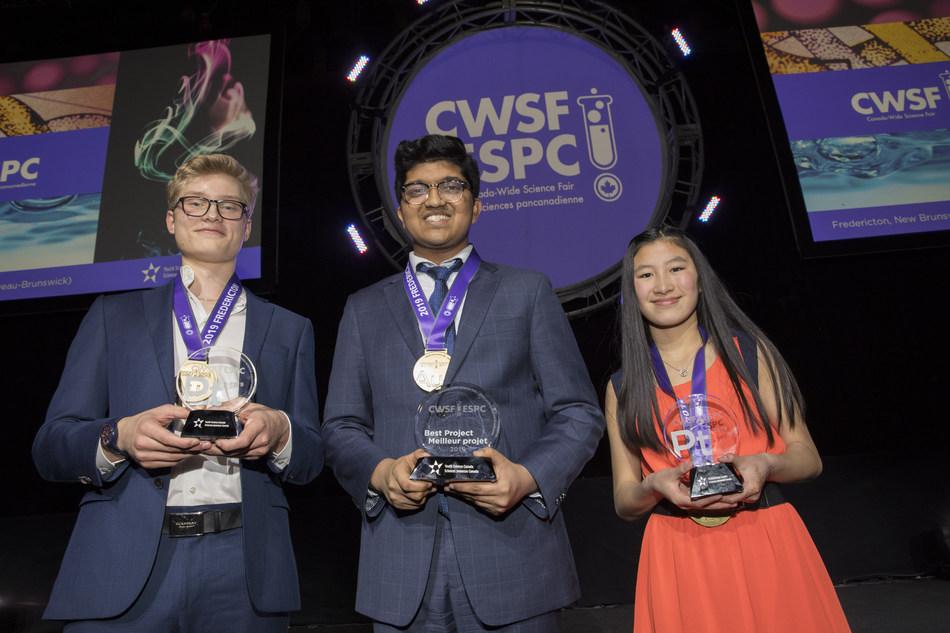Manning Whitby (gauche), Bhavya Mohan et Islay Graham présentent fièrement leurs prix à l'Expo-sciences pancanadienne 2019 à Fredericton, N.B., jeudi le 16 mai 2019. (Groupe CNW/Sciences jeunesse Canada)