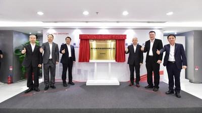 FENG Xingya (troisième à partir de la gauche), président du GAC Group, CHEN Hanjun (troisième à partir de la droite), vice-président du GAC Group, YU Jun (deuxième à partir de la gauche), président de GAC Motor, GAO Rui (deuxième à partir de la droite), directeur général de CHINA LOUNGE INVESTMENTS LIMITED, ZHAN Songguang (premier à partir de la gauche), vice-président exécutif de GAC Motor et ZENG Hebin (premier à partir de la droite), président de GAC Motor International Limited lors de la cérémonie d'ouverture (PRNewsfoto/GAC Motor)