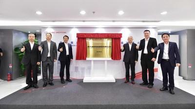 FENG Xingya (tercero desde la izquierda), presidente del GAC Group; CHEN Hanjun (tercero desde la derecha), vicepresidente del GAC Group; YU Jun (segundo desde la izquierda), presidente de GAC Motor; GAO Rui (segundo desde la derecha), director gerente de CHINA LOUNGE INVESTMENTS LIMITED; ZHAN Songguang (primero desde la izquierda), vicepresidente ejecutivo de GAC Motor y ZENG Hebin (primero desde la derecha), presidente de GAC Motor International Limited en la ceremonia (PRNewsfoto/GAC Motor)