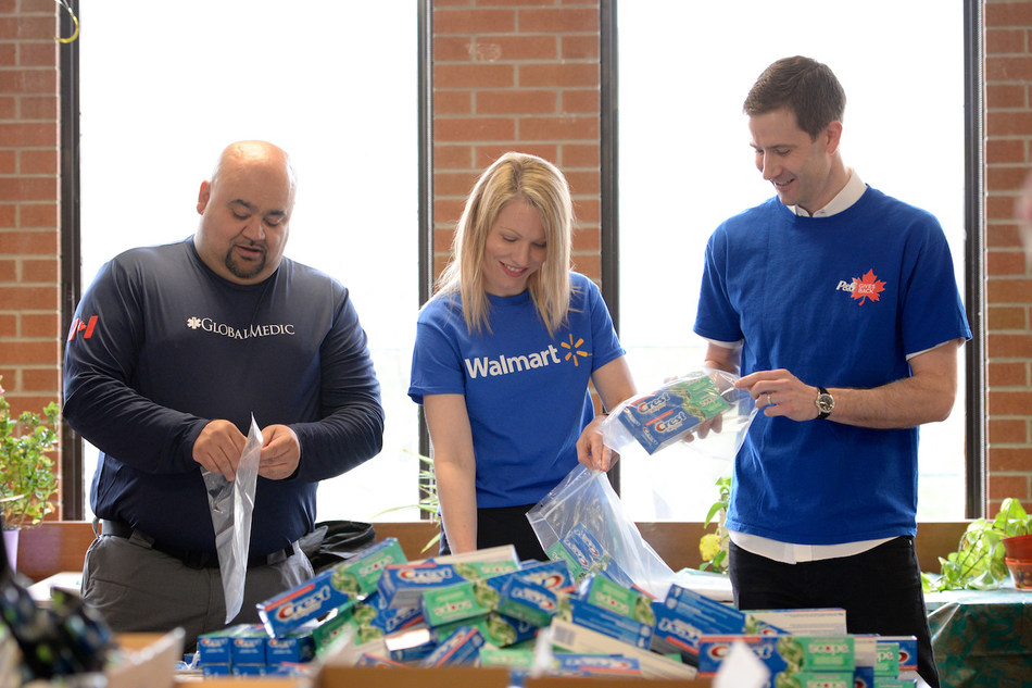 Senior leaders from P&G Canada, Walmart Canada, GlobalMedic and students from West Humber Collegiate Institute pack 2000 P&G clean water and hygiene kits. (CNW Group/Procter & Gamble)