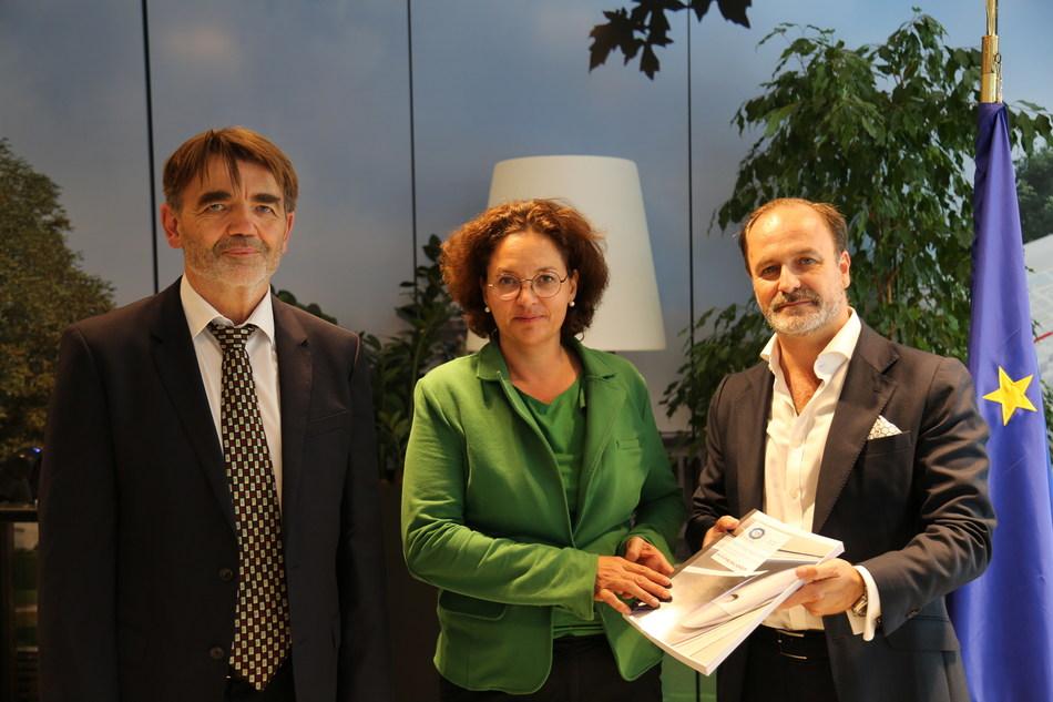 L to R: Ernst Donislreiter, CEO of TÜV SÜD, Elisabeth Werner, Director of Land Transport at DG Move, Andres De Leon, COO of HyperloopTT