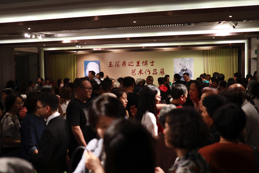 Eager viewers packed the whole exhibition venue, this is unprecedented.
