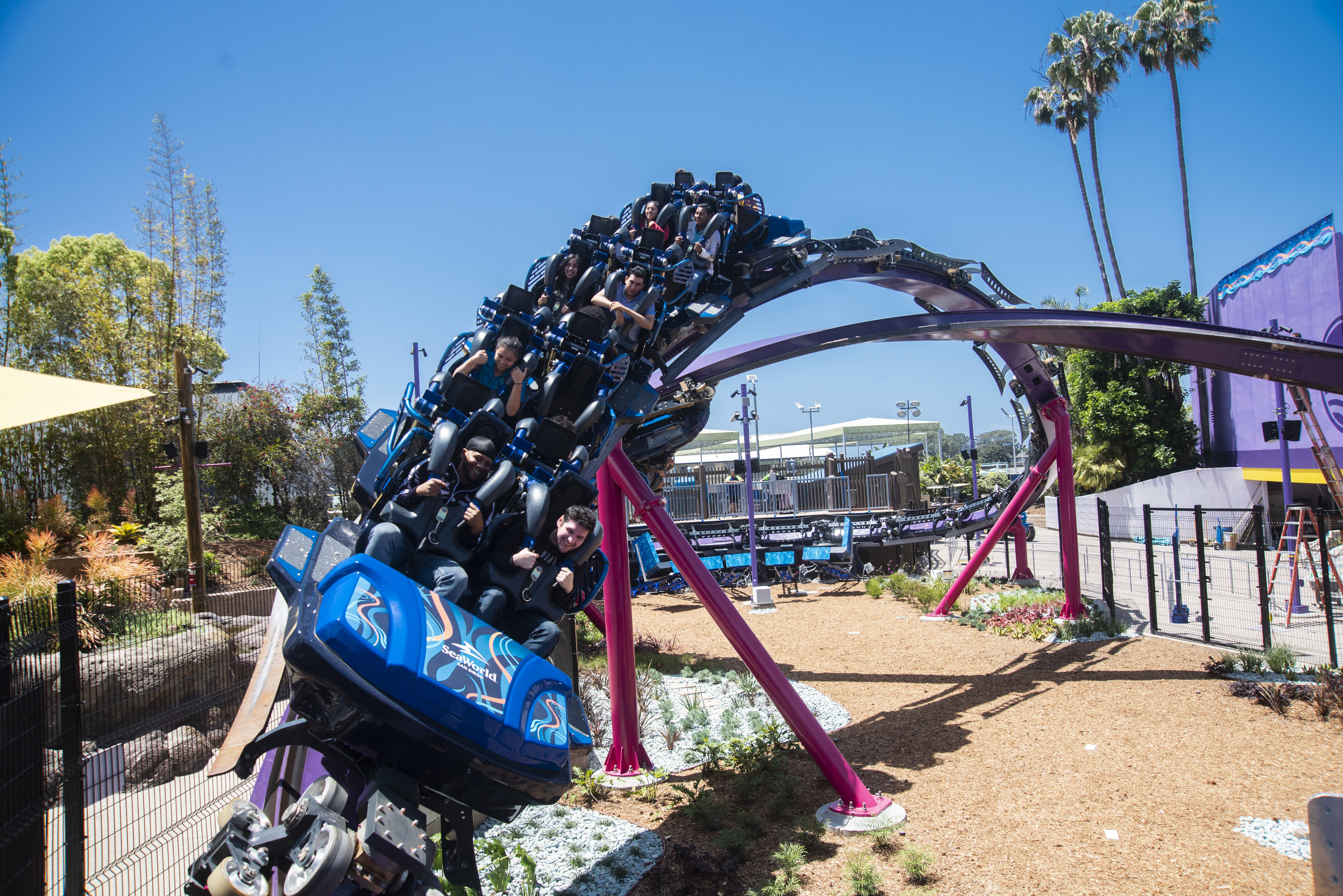 Seaworld San Diego S Dueling Roller Coaster Tidal Twister The First Of Its Kind In The World Is Now Open