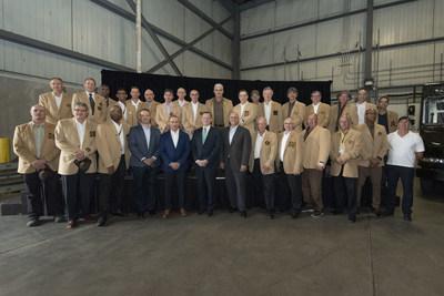 Dans cette photo (de gauche à droite) : Sean Griffin, vice-président aux activités opérationnelles d'UPS Canada, Dominic Porporino, président d'UPS Canada, Jeff Yurek, ministre des Transports de l'Ontario, et Ken Seader, vice-président aux activités de transport d'UPS Canada, en compagnie des livreurs nouvellement intronisés au Cercle d'honneur. (Groupe CNW/UPS Canada Ltee.)