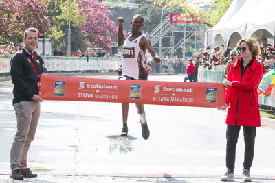 Albert Korir from Kenya wins the Scotiabank Ottawa Marathon. Credit: PhotoRun (CNW Group/Scotiabank)
