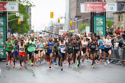 Une journée ensoleillée pour le 45e Marathon d'Ottawa Banque Scotia et les 3 500 participants.  Photographe : Courez Ottawa (Groupe CNW/Scotiabank)