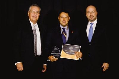 Kevin Luis Gutierrez Trevino, en representación de Huawei, recibe el premio