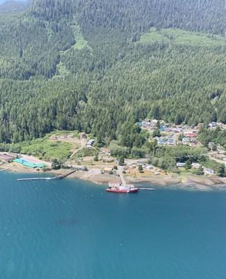 Le NGCC Tanu et le site de la nouvelle station de recherche et sauvetage de la Garde côtière à Tahsis. (Groupe CNW/Pêches et Océans Canada, Région du Pacifique)