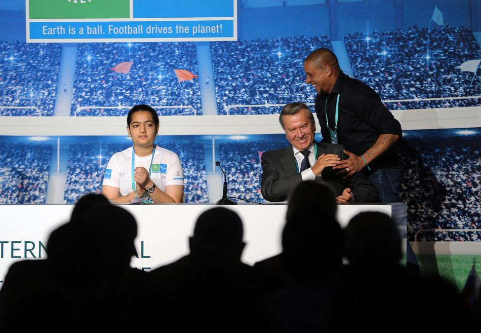 Ananja Kamboj, Viktor Zubkov and Roberto Carlos at the International Football for Friendship Forum