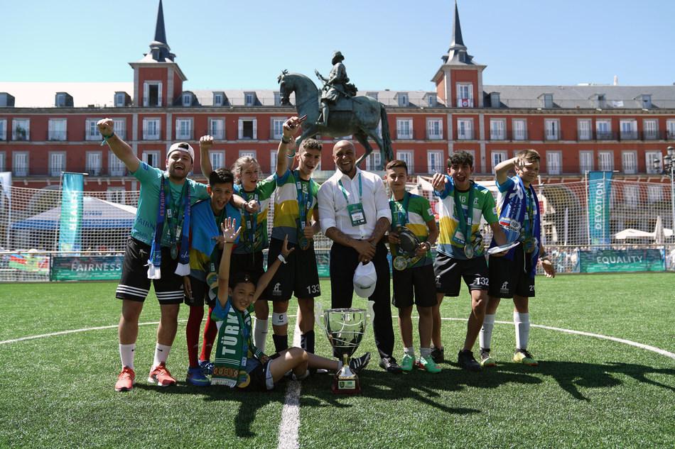 Roberto Carlos and the winning team in Plaza Mayor (PRNewsfoto/Gazprom Football for Friendship)