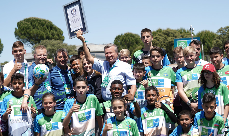 Viktor Zubkov and Young participants after receiving the GUINNESS WORLD RECORDS® certificate