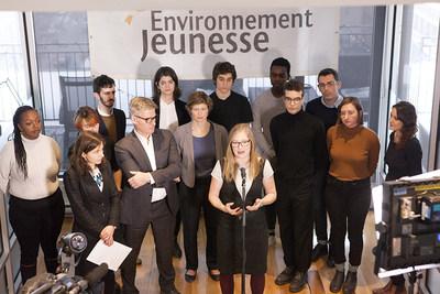 Catherine Gauthier, directrice générale d'Environnement Jeunesse en compagnie de Me Bruce Johnston et Laure Waridel de TJL et d'un groupe de jeunes membres de l'action collective (Groupe CNW/Trudel Johnston & Lespérance)