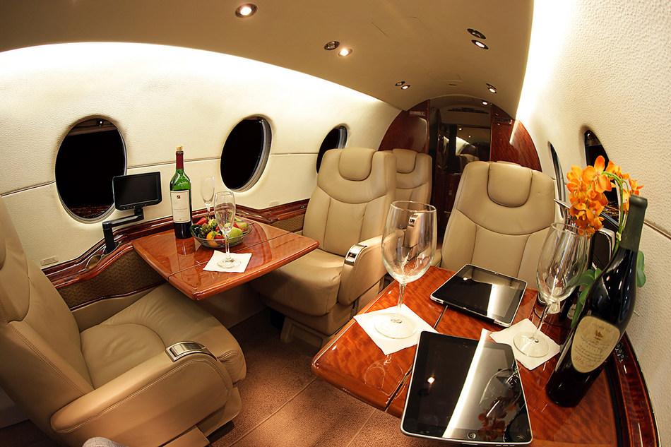 Interior da aeronave Hawker 400XP (PRNewsfoto/Wheels Up)
