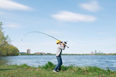 Más personas que nunca tendrán la oportunidad de experimentar la pesca este año como parte de la National Fishing and Boating Week (Semana Nacional de Pesca y Navegación, o NFBW, por sus siglas en inglés), que se llevará a cabo desde el sábado, primero de junio, hasta el domingo, 9 de junio. Take Me Fishing™, una iniciativa de la Recreational Boating & Fishing Foundation (RBFF), está llevando la emoción del deporte por toda la nación con Off the Hook, una experiencia de pesca gratuita que pone cañas y carretes de pesca en las manos de la gente en todo el país. (PRNewsfoto/Recreational Boating & Fishing )