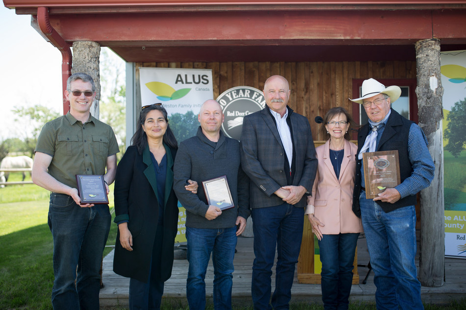 ALUS Canada today presented the 2019 Dave Reid Award, worth $10,000, to ALUS Red Deer County participants Tom and Margaret Towers, of Tamara Ranch, for innovation in the production of ecosystem services on Canadian farms and ranches. Credit: Laura Grace Photography (CNW Group/ALUS Canada)