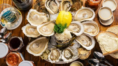 Pros will go head to head in an oyster shucking showdown hosted by Rodney's Oyster House. (CNW Group/Water's Edge Festivals & Events)