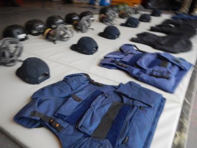 Les journalistes travaillant dans des zones de conflit apprennent à utiliser correctement les équipements de protection. (Groupe CNW/Forum des journalistes canadiens sur la violence et le traumatisme)