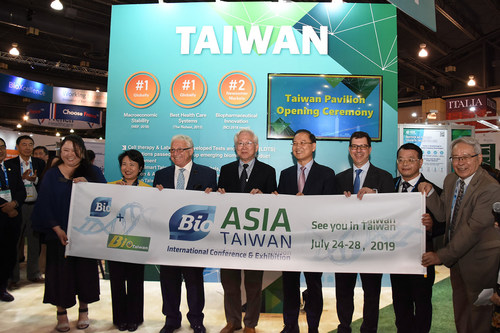 Jim Greenwood, the President and CEO of the BIO (left three), expressed his welcome greeting to the Taiwan delegation and announced a partnership with the Taiwan Bio Industry Organization.