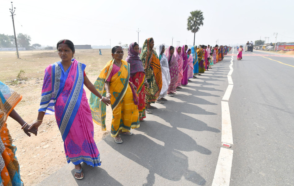 On the national day of the girls child, more than 300,000 girls and women make a human chain that extends 348 km in Purulia district , West Bengal, India in a mass public awareness campaign to end child marriage © UNICEF/UN0276241/Boro (CNW Group/UNICEF Canada)
