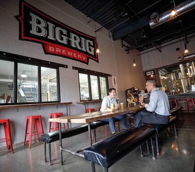 Obama et Trudeau partagent une pinte de bière à la brasserie Big Rig. (Groupe CNW/Foodtastic)