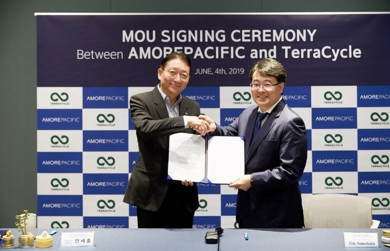Saehong Ahn, President of Amorepacific Corporation (left), and Eric Kawabata, the Asia-Pacific Manager of TerraCycle (right), have signed an MOU at Amorepacific Headquarters for recycling empty bottles.