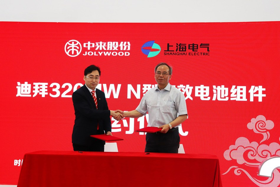 Dr. Zhifeng Liu from Jolywood signs contract with Mr. Xiaobin Cao from Shanghai Electric