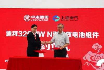O Dr. Zhifeng Liu da Jolywood assina contrato com o Sr. Xiaobin Cao da Shanghai Electric (PRNewsfoto/Jolywood (Taizhou) Solar Techno)