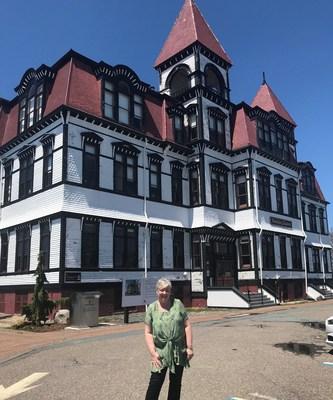 L'honorable Bernadette Jordan, ministre du Développement économique rural et députée de South Shore-St. Margarets, pose fièrement devant l'emblématique Académie Lunenburg, à Lunenburg, en Nouvelle Écosse. (Groupe CNW/Patrimoine canadien)