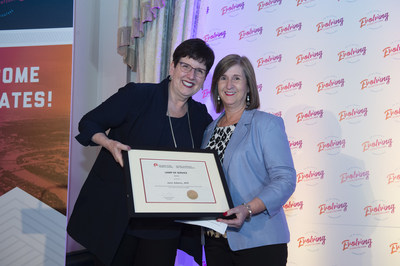 CPRS National President Dana Dean, APR, FCPRS LM (left) presents the 2019 Lamp of Service to Jane Adams, APR (right). (CNW Group/Canadian Public Relations Society)