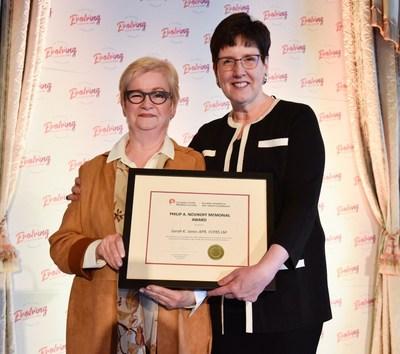 Sarah K. Jones, ARP, FSCRP LM (à gauche) reçoit le Prix commémoratif Philip A. Novikoff 2019 de la SCRP de Dana Dean, ARP, FSCRP LM (à droit) durant Evolving Expectations, la Conférence nationale 2019 de la SCRP à Edmonton. (Groupe CNW/Société canadienne des relations publiques)