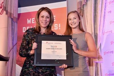Taylor Fenn (à droit) reçoit le prix d'excellence étudiant SCRP/CISION de SCRP de Sharlene Dozois de CISION (à gauche), durant Evolving Expectations, la Conférence nationale 2019 de la SCRP à Edmonton. (Groupe CNW/Société canadienne des relations publiques)
