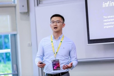 Dr. Cuiwei, Chief Scientist of Squirrel AI Learning, delivered a speech