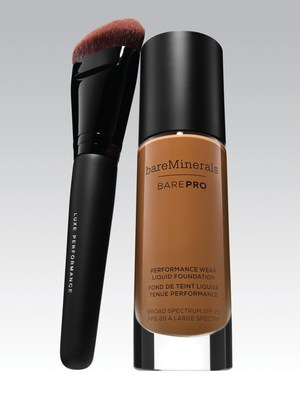 Naomi usa BAREPRO Performance Wear Liquid Foundation na cor Espresso
